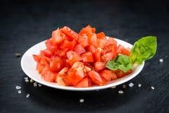 Cutted tomater på en tappning kritiserar den selektiva fokusen för tjock skiva Royaltyfria Foton