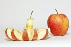 Cutted und ein vollständiger Apfel Lizenzfreie Stockbilder