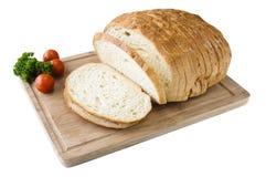 Cutted vitt bröd på träbrädet med tomater Arkivfoton