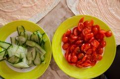 Cuttedtomaten en komkommers stock foto