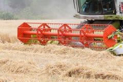 Cutterbars su una mietitrebbiatrice che effettua il raccolto di grano, Cl Fotografie Stock Libere da Diritti