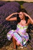 Cuttie kleidete auf dem Lavendelgebiet an Lizenzfreie Stockfotografie