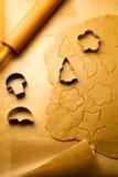 Cutting av pepparkakacaken för ferierna arkivfoton