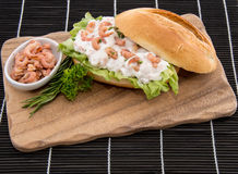 Cutting-Board with roll and Shrimps Royalty Free Stock Photography