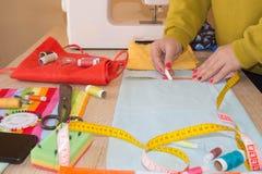 Cutting Fabric In för modeformgivare studio Skräddaren räcker arbete med mått royaltyfri foto