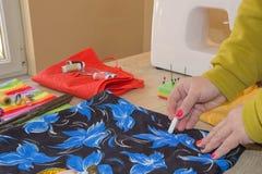 Cutting Fabric In för modeformgivare studio Skräddaren räcker arbete med mått royaltyfria foton