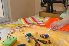 Cutting Fabric In för modeformgivare studio Skräddaren räcker arbete med mått royaltyfri bild