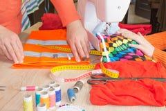 Cutting Fabric In för modeformgivare studio Skräddaren räcker arbete med mått royaltyfri fotografi