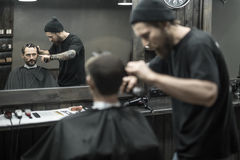 Cutting hair in barbershop Royalty Free Stock Photos