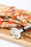 CUTTING KNIFE VEGETARIAN RUCOLA TOMATO PIZZA Stock Photography