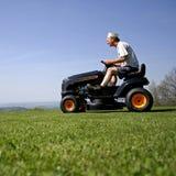 cutting lawn man στοκ φωτογραφία με δικαίωμα ελεύθερης χρήσης