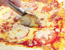 Cutting pizza Royalty Free Stock Photos
