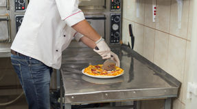 Cutting pizza Royalty Free Stock Images