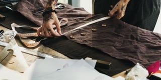 Cutting Tailor Made för modeformgivare begrepp arkivbild