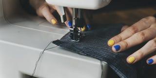 Cutting Tailor Made för modeformgivare begrepp royaltyfri foto