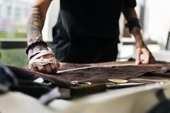 Cutting Tailor Made för modeformgivare begrepp royaltyfri fotografi