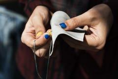 Cutting Tailor Made för modeformgivare begrepp arkivfoto