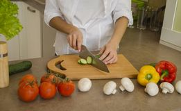 cuttingen hands grönsaker Arkivbilder