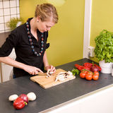cuttinggrönsakkvinna Royaltyfria Bilder