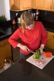 cuttinggrönsakkvinna arkivfoto