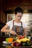 cuttinggrönsakkvinna royaltyfri fotografi