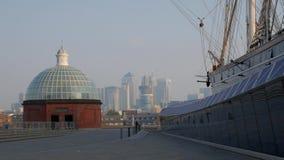 Cutty Sark med Canary Wharf i bakgrunden arkivfilmer