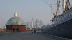Cutty Sark met Canary Wharf op de achtergrond stock footage