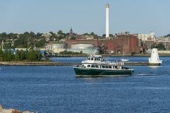 Cuttyhunk轮渡新贝德福德内在港口灯塔背景 免版税图库摄影