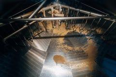 Cuve vide de filtration de fermentation pour la production de bière image stock