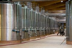 Cuves de fermentation de vin image stock