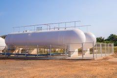 Cuves de stockage de gaz naturel dans l'ensemble industriel Images libres de droits
