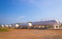 Cuves de stockage de gaz naturel dans l'ensemble industriel photo stock