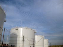 Cuves de stockage pour des produits pétroliers Photographie stock libre de droits
