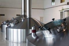 Cuves en acier de fermentation sur l'usine de brasseur images libres de droits