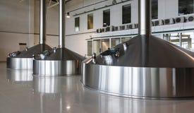Cuves en acier de fermentation sur l'usine de brasseur photographie stock