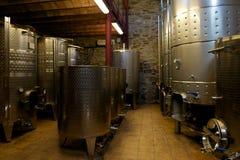 Cuves en acier de vin dans la cave d'établissement vinicole Image libre de droits