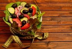 Cuvette avec de la salade végétale image libre de droits