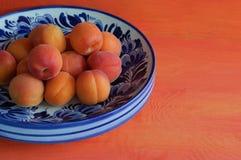 Cuvette avec des abricots Photos stock