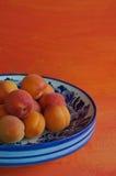 Cuvette avec des abricots Images stock
