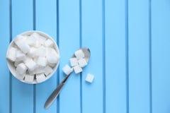Cuvette avec des cubes en sucre raffiné photo stock