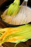 Cuvette avec des fleurs de pâte lisse et de courgette Photos libres de droits