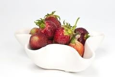 Cuvette avec des fraises Photo stock