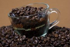 Cuvette avec des grains de café. Plan rapproché Photo stock