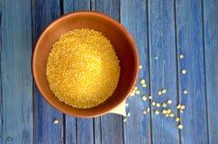 Cuvette avec des poussières abrasives de maïs Photo libre de droits