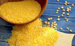 Cuvette avec des poussières abrasives de maïs Photo stock