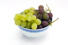 Cuvette avec des quelques raisins Photographie stock libre de droits