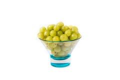 Cuvette avec des raisins blancs Photographie stock libre de droits