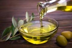 Cuvette avec l'huile d'olive photo stock