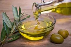 Cuvette avec l'huile d'olive images libres de droits