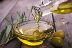 Cuvette avec l'huile d'olive photos stock